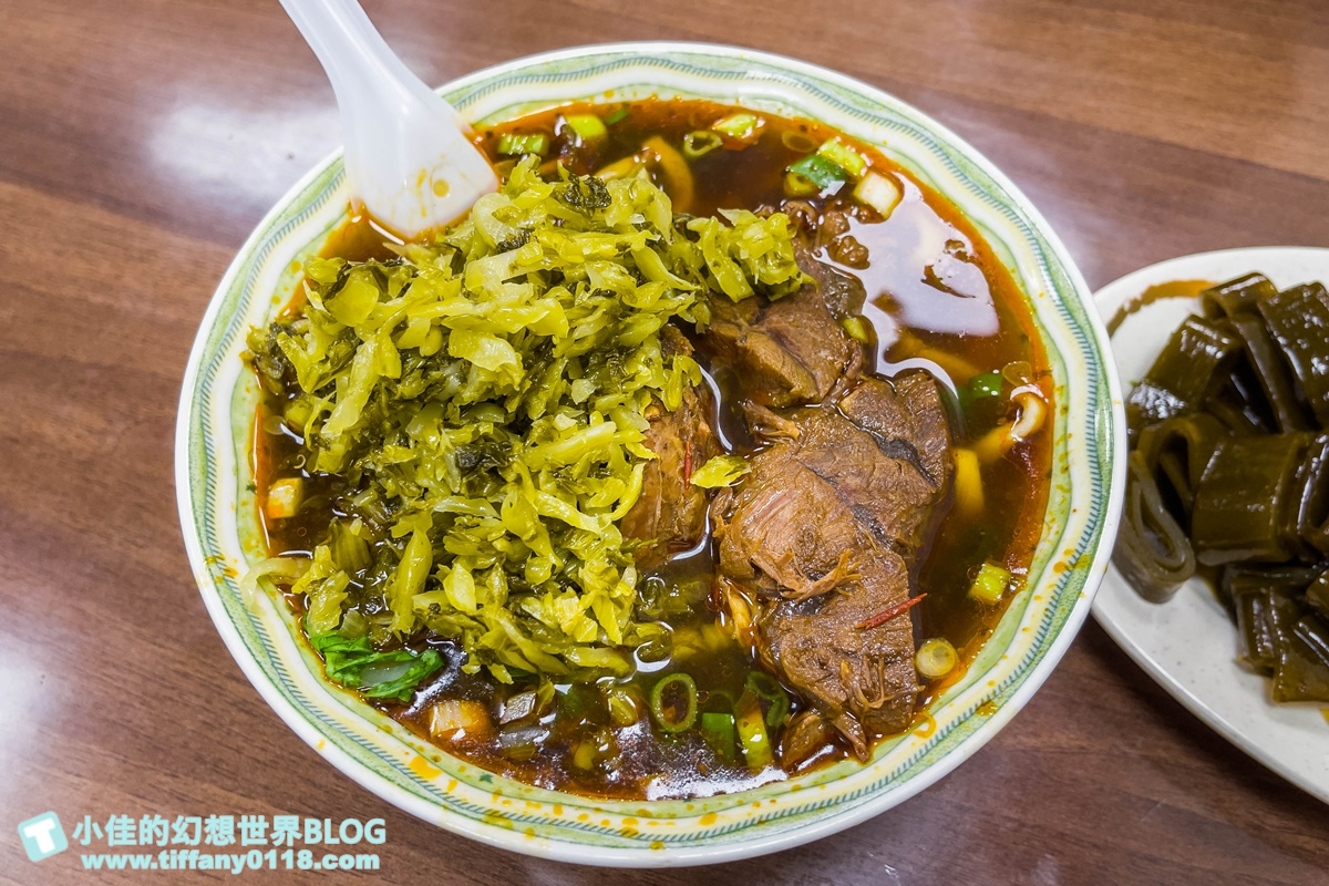 [台北美食]小陳牛肉麵/麵多肉大塊一人份兩人吃/酸菜加到像座山才是王道吃法
